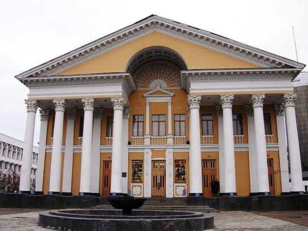 Кинотеатр в Уфе в стиле неоклассицизм