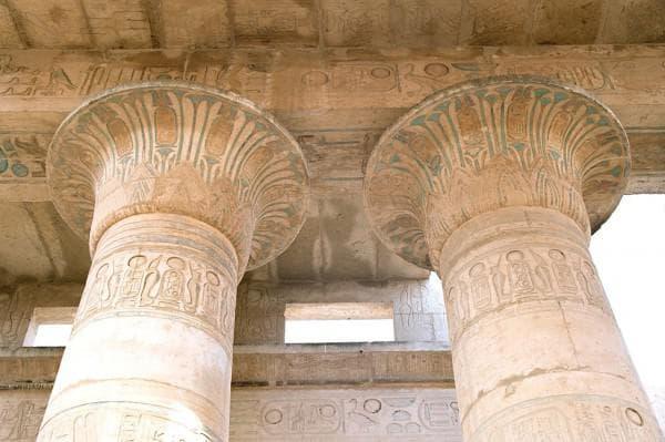 колонны в египетском стиле