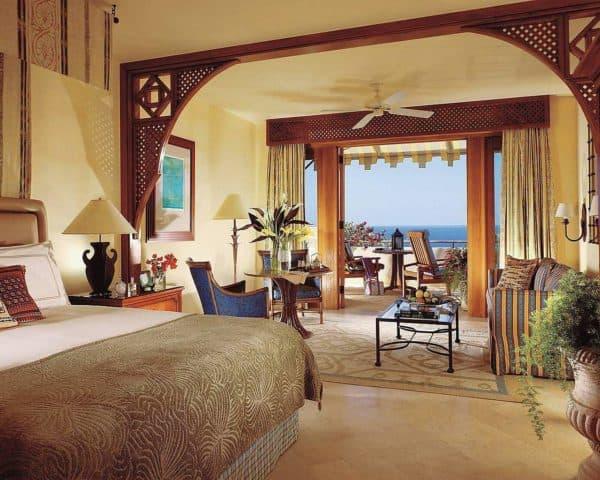 спальня в египетском стиле на курорте с видом на море