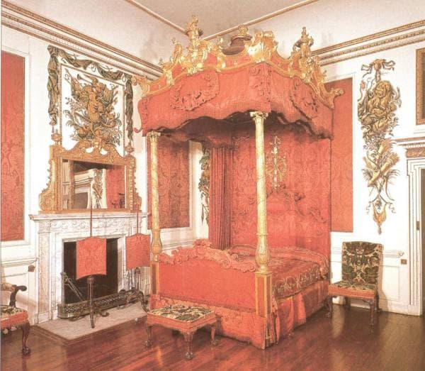 старинная спальня в стиле рококо