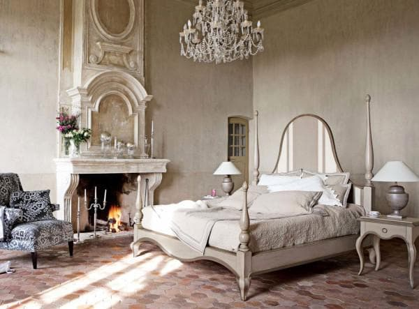 современная спальня с массивной кроватью в стиле винтаж