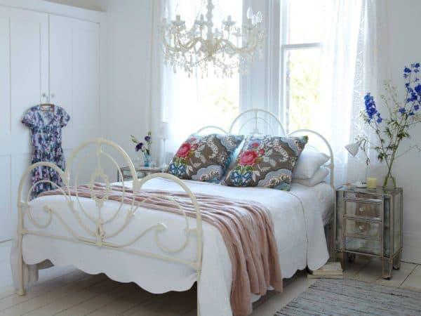 спальня в нежных постельных тонах в стиле бохо