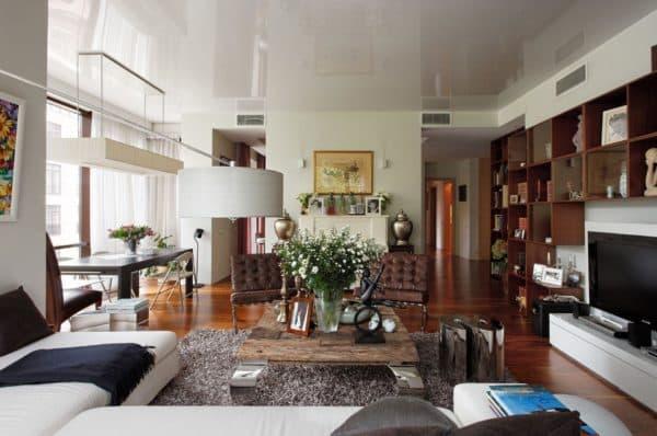коттедж в стиле фьюжн: пример гостиной