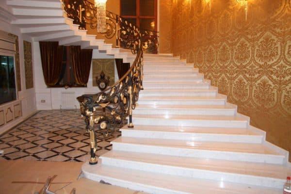 отделка мрамором лестниц