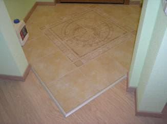 применение порогов для стыка плитки и ламината