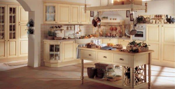просторная кухня в средиземноморском стиле