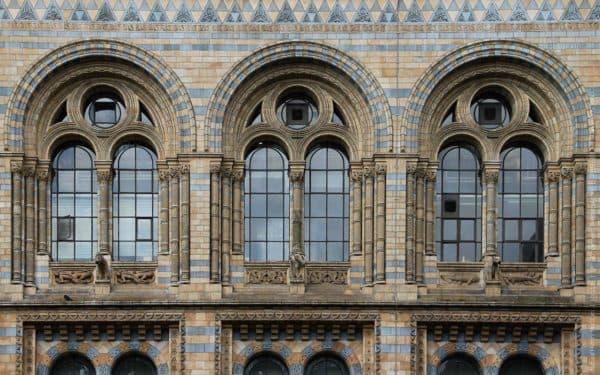Четкие грани, симметрия, сочетание цветов в викторианском стиле