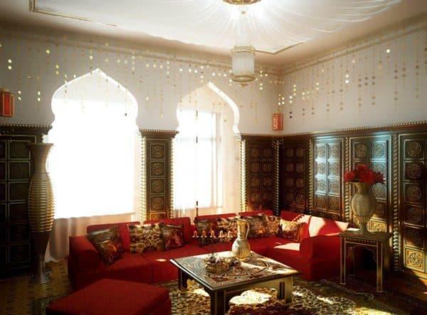гостиная с двумя окнами в индийском стиле