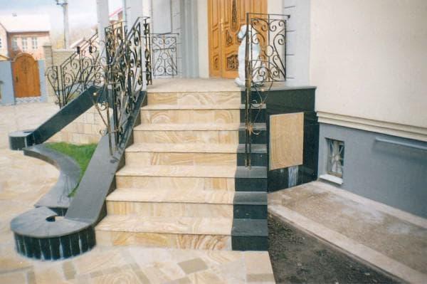 парадная лестница из мрамора