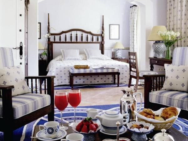 уютная спальная комната в средиземноморском стиле