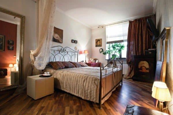 дерево в оформлении спальни